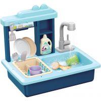 Dřez na mytí nádobí modrý a kohoutek na vodu na baterie