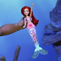 Hasbro Disney Princess panenka svítící Ariel do vody 2