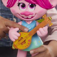 Hasbro Trolls zpívající figurka Poppy s rockovým příslušentvím 3