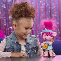 Hasbro Trolls zpívající figurka Poppy s rockovým příslušentvím 4