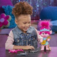 Hasbro Trolls zpívající figurka Poppy s rockovým příslušentvím 5
