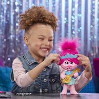 Hasbro Trolls zpívající figurka Poppy s rockovým příslušentvím 6