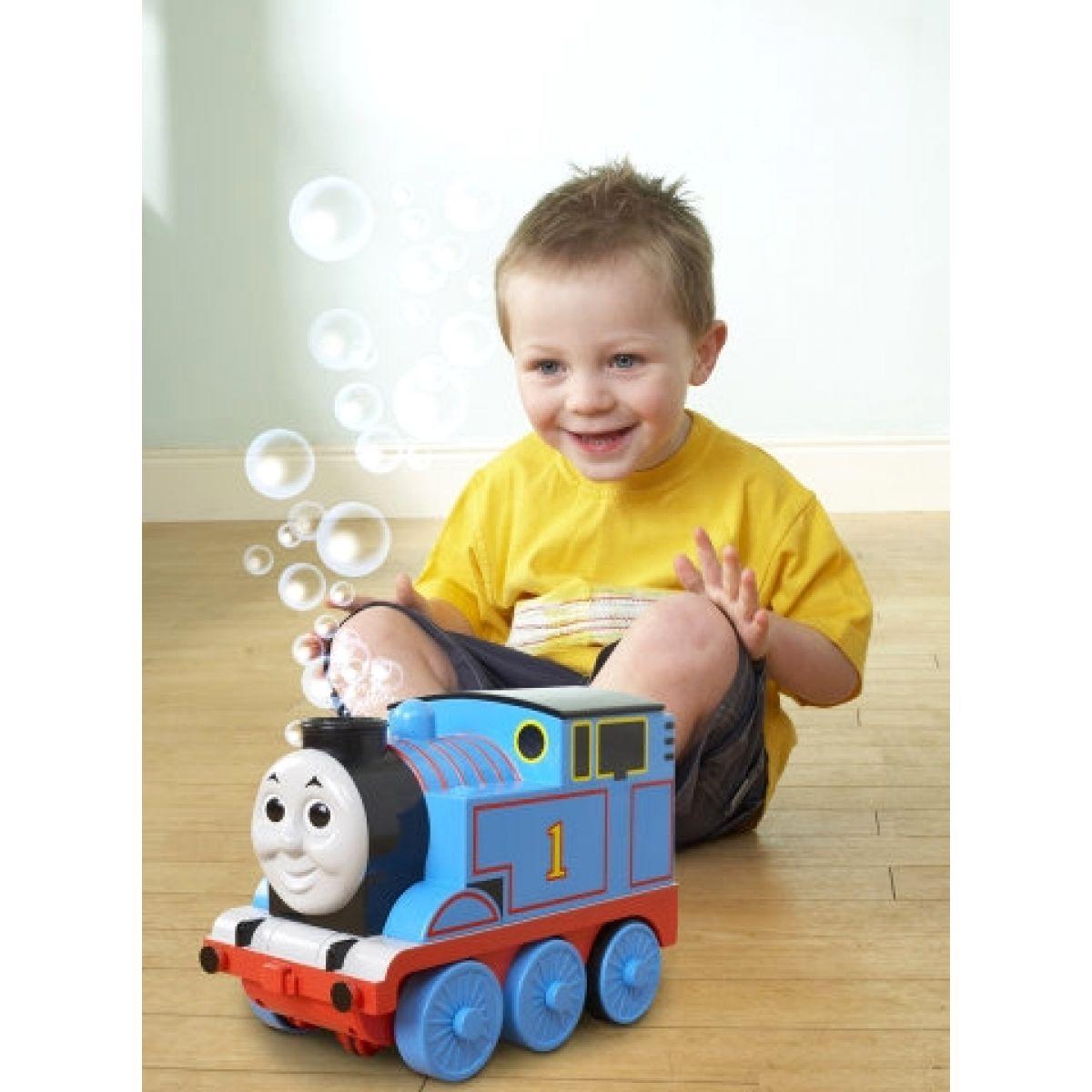 Tomáš hraje a vypouští bubliny